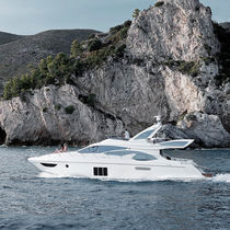 Motor-yacht da crociera / con fly / GRP / con scafo planante