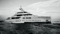 Mega-yacht da crociera / con cabina di pilotaggio / a prua verticale / su misura
