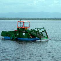 Barca trebbiatrice di alghe