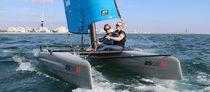 Catamarano sportivo da turismo / multiplo / con trapezio singolo