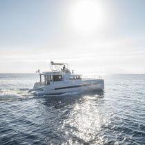 Cabinato catamarano / entrobordo / con fly / da crociera