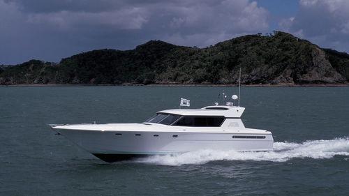 Motor-yacht sportivo / hard-top / GRP / dislocante 'Ace' Warwick Yacht Design