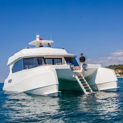 motor-yacht catamarano / da crociera / con fly / GRP