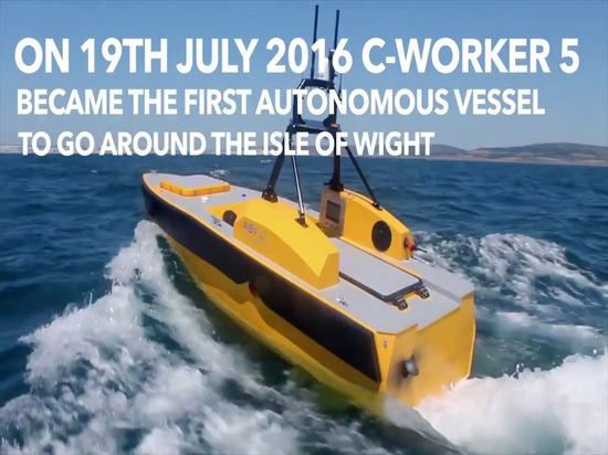 La barca autonoma va intorno all'isola