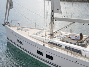 sailing-yacht da crociera / con poppa aperta / con deck saloon / con 4 o 5 cabine