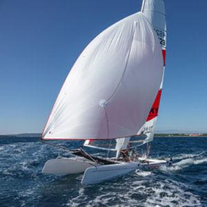 catamarano sportivo da regata / doppio / con trapezio doppio / Formula 18