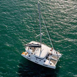 catamarano / da crociera / con deck saloon / con fly