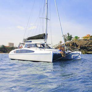 catamarano / da regata e crociera / con poppa aperta / con 2 cabine