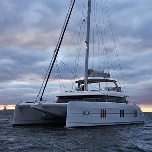 sailing-yacht catamarano / da charter / con poppa aperta / con fly