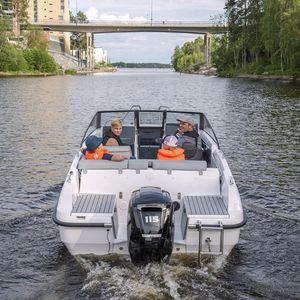 runabout fuoribordo / con dual console / bow-rider / da pesca sportiva