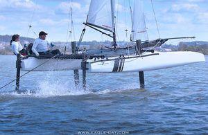 catamarano sportivo con foil