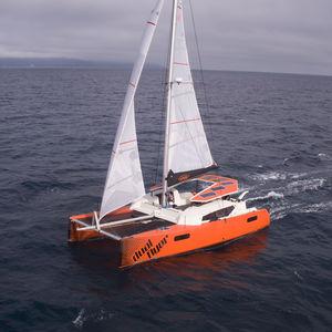 catamarano / da regata e crociera / con pozzetto centrale / con 3 o 4 cabine