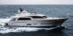 motor-yacht da crociera / con fly / alluminio / con scafo dislocante