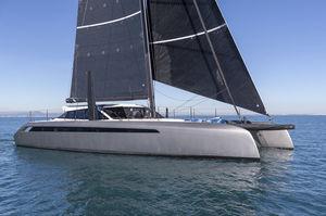 sailing-yacht catamarano / da crociera / con deck saloon / in carbonio
