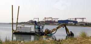 barca professionale draga con escavatore