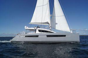 sailing-yacht catamarano / da crociera d'altura / con fly / con 4 cabine
