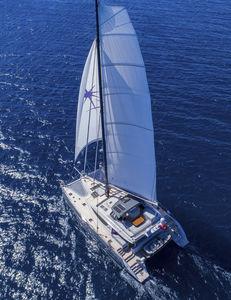 sailing-yacht catamarano / da crociera d'altura / con fly / con 4 o 5 cabine