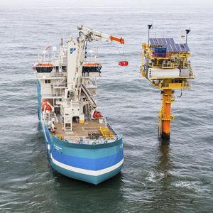 gru con compensazione attiva / per nave / di bordo / articolata