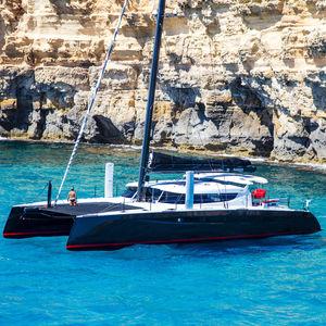 barca a vela in carbonio