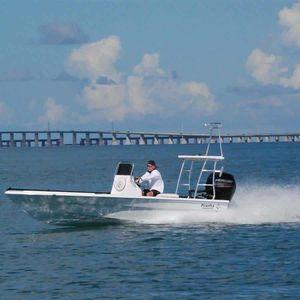 flat boat fuoribordo / con console centrale / da pesca sportiva