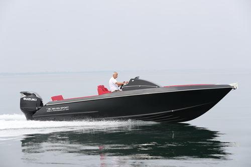 day cruiser fuoribordo / con scafo planante / con console centrale / sportivo