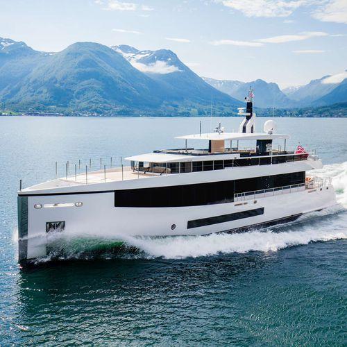 super-yacht da crociera / explorer / con cabina di pilotaggio / a prua verticale