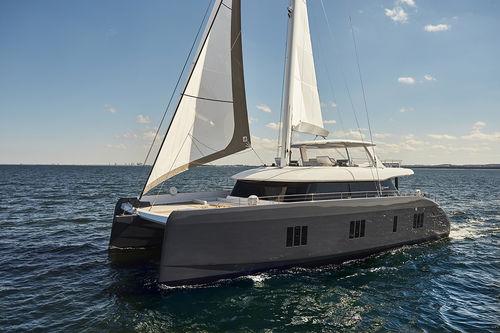 sailing-yacht da charter / con poppa aperta / con fly / con 5 cabine