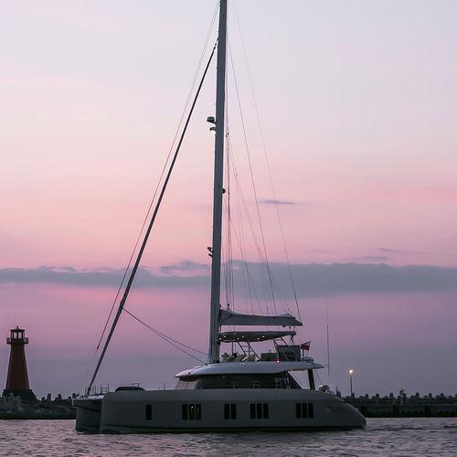 catamarano / da charter / con poppa aperta / con fly