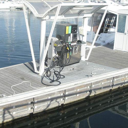 stazione di rifornimento galleggiante per marina