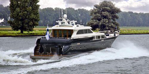 motor-yacht da crociera / con cabina di pilotaggio / in alluminio / con scafo semiplanante