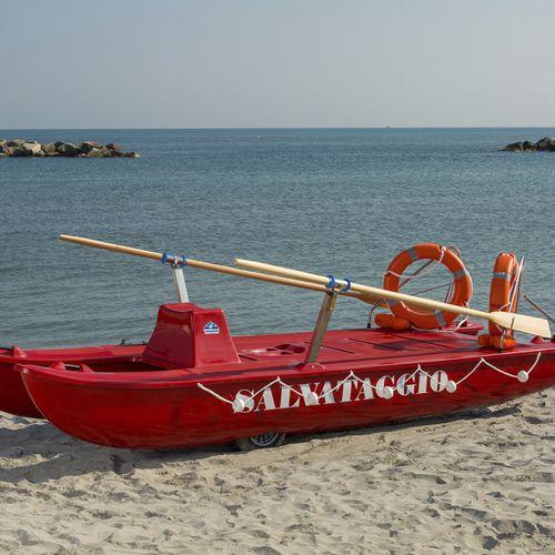 catamarano a remi di salvataggio