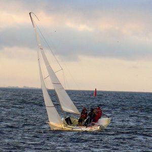 barca a vela con chiglia da regata
