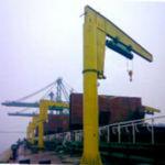 gru per cantiere navale / con braccio impennabile / a bandiera girevole