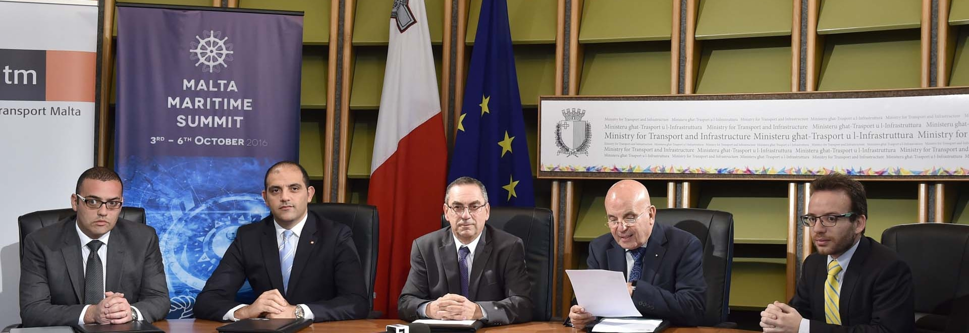 Il ministro per trasporto, il Hon. Joe Mizzi, discute i programmi per lanciare la sommità marittima mai visto di Malta