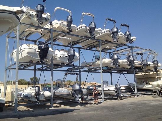 Innovativo Scaffale Porta Barche con Appoggio Barca Scorrevole