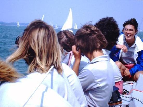 Come la vela può offrire lezioni vitali di leadership e lavoro di squadra