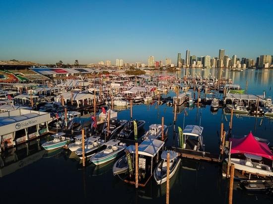 Lo skyline di Miami offre lo sfondo perfetto per un weekend di controllo di nuove barche e attrezzature all'annuale Miami International Boat Show.Per gentile concessione del Miami Boat Show