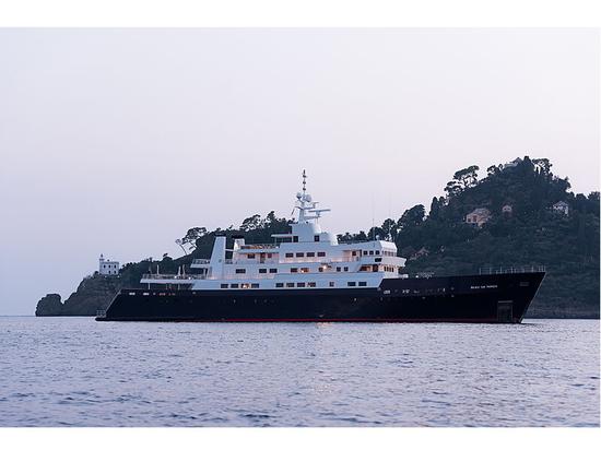 All'interno dello yacht esploratore di 72 metri Bleu de Nîmes, appena allungato