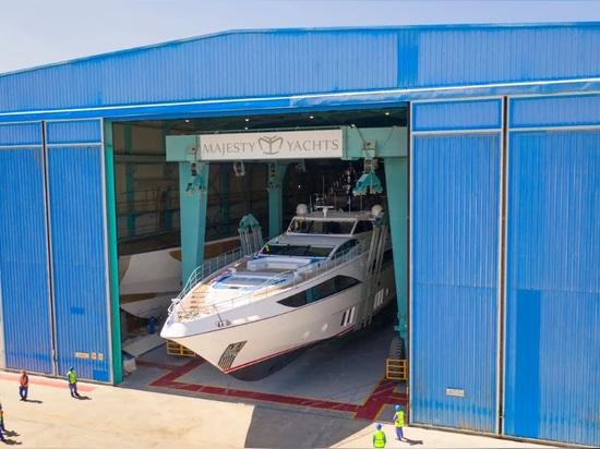 Gulf Craft lancia Third Majesty 122 Sky Lounge Yacht Yacht Happy Days