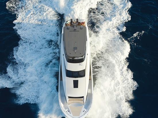 Varato il primo yacht Hatteras 105 Raised Pilothouse