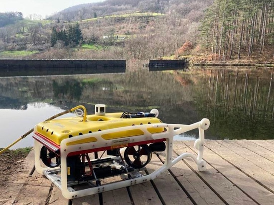 Falcon ispeziona la struttura della diga al Barrage de Thurins