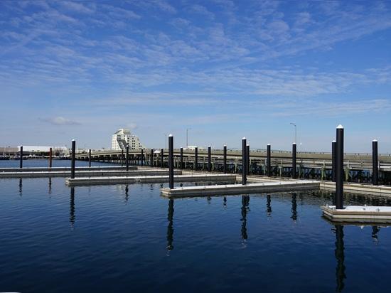 Porto turistico di Newport protetto dal frangiflutti galleggiante di SF Marina
